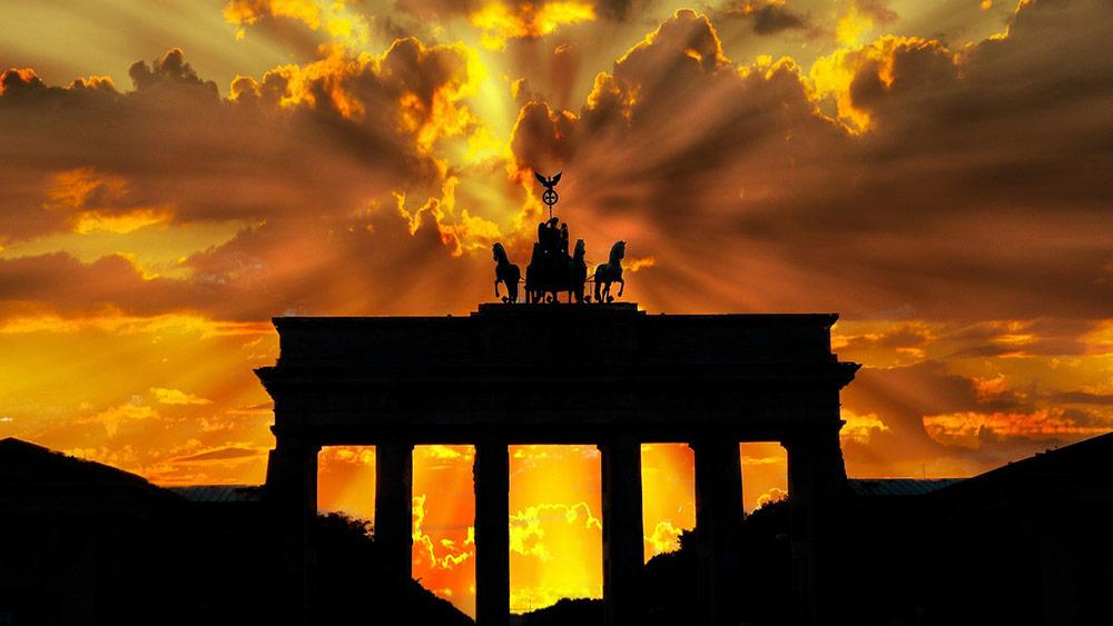 Снимка на берлински паметник по залез слънце