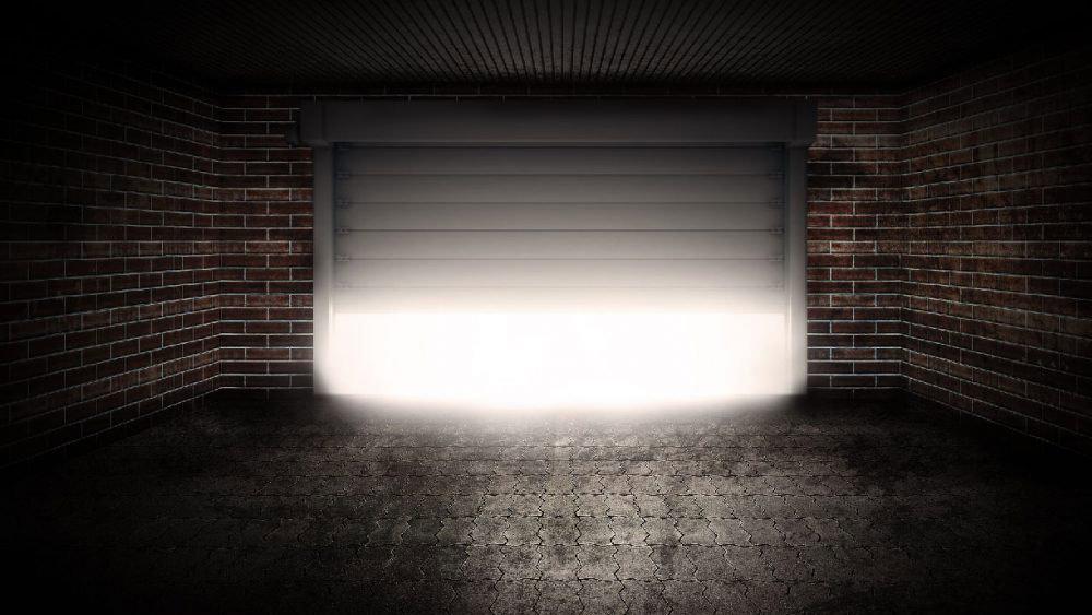 светлина, процеждаща се от отварящ се гараж