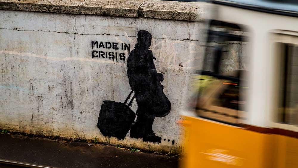 """Pictured: Влак преминава покрай нарисувана сянка на човек и надпис """"Made in crisis"""""""
