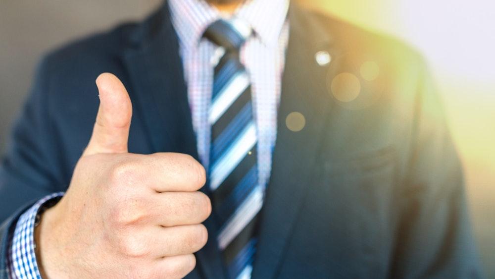 Бизнесмен, показващ одобрение с палец нагоре