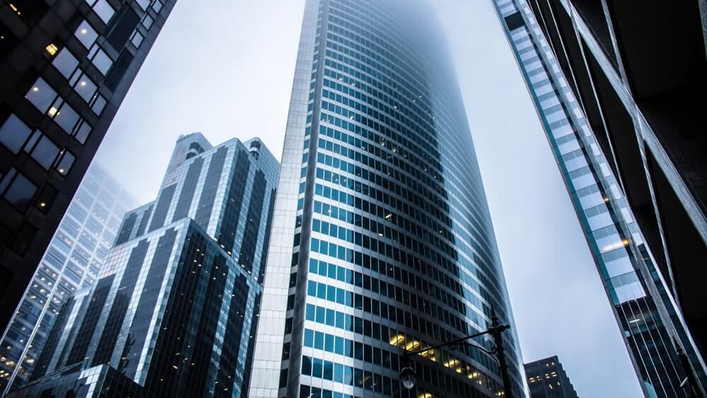 Снимка на модерен остъклен небостъргач