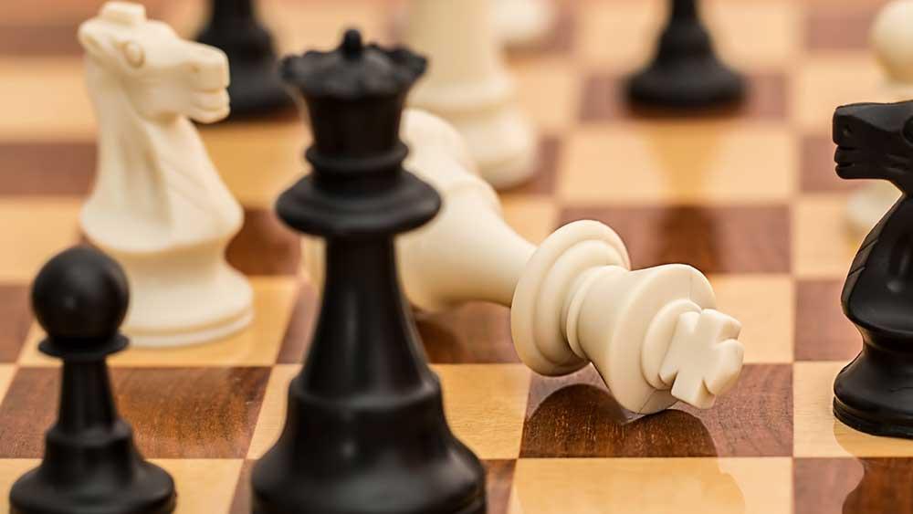 Повален бял цар на шахматна дъска