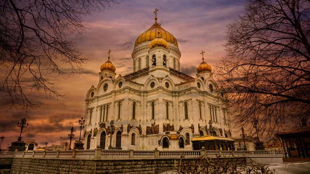 Снимка на ортодоксална църква по здрачаване