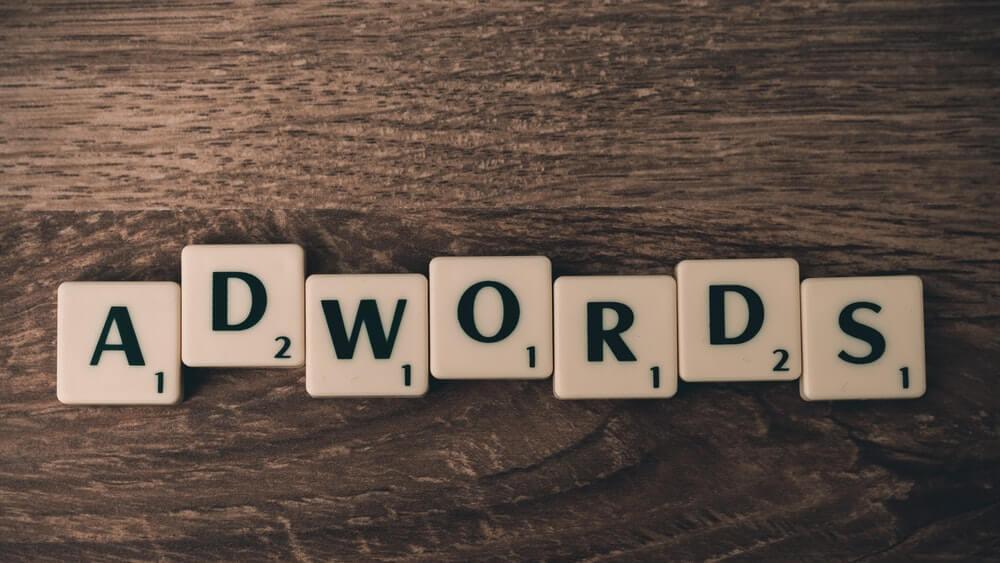 """Плочки с букви, изписващи думата """"Adwords"""""""