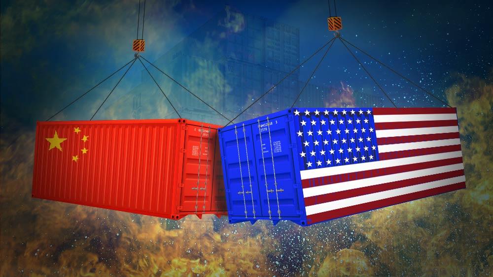 Сблъсък между два транспортни контейнера в цветовете на САЩ и Китай