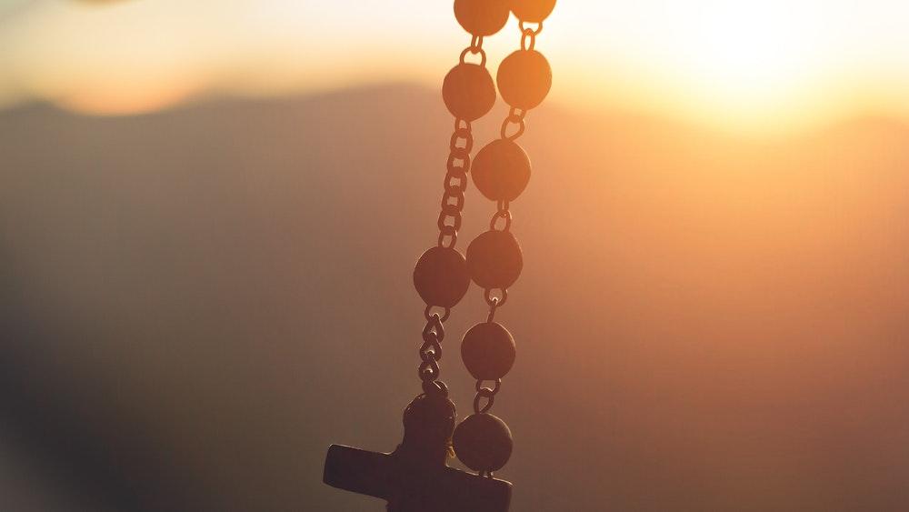 Кръст за носене на фона на залез