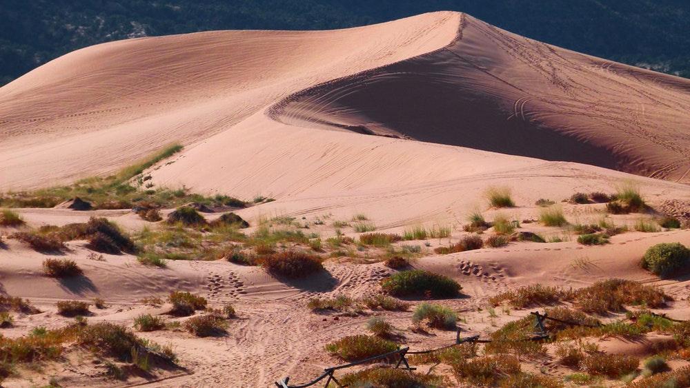 снимка на пустинни дюни