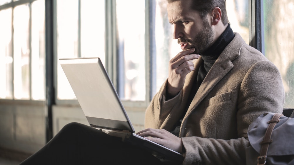 Бизнесмен с лаптоп в скута